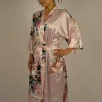 Smuk kinesisk kimono i lyserød med blomster og påfugle.